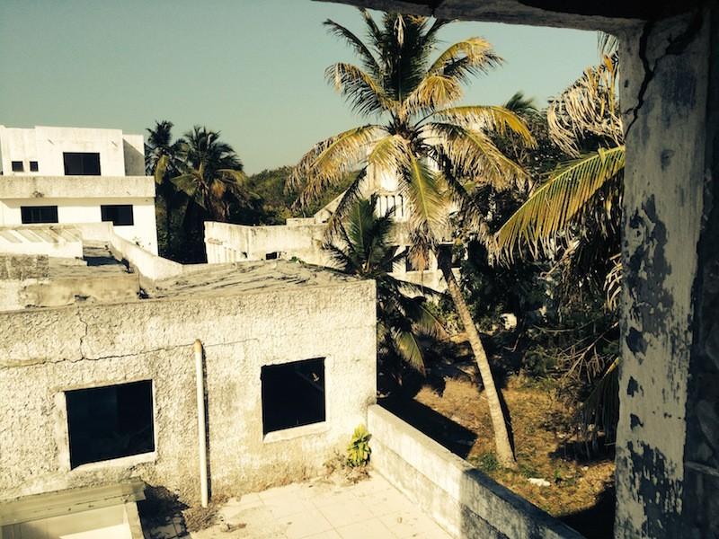 """Acerca de la vela de una hora al noroeste de la antigua ciudad portuaria española de Cartagena de Indias son un grupo de unas 30 islas conocidas colectivamente como la Islas de Rosario . Con sus playas de arena blanca, aguas azul blanqueados cristalinas y abundante vida silvestre, son un verdadero paraíso tropical. Cientos de esas excursiones de Cartagena descienden en La Playa Blanca el año, los turistas y lugareños por igual. Pero un poco más lejos en el mar Caribe se encuentra una isla cuya forma de vida se ha mantenido prácticamente intacto durante cientos de años. La Isla Grande es el hogar de unos 800 isleños que se sustentan principalmente por la pesca y la agricultura, aislados del mundo moderno. Sin líneas de agua y energía eléctrica en ejecución, la vida cotidiana sigue siendo generalmente gira en torno a que el sol sale y se pone. Pero este idilio hizo la atención get de una turista, que construyó un palacio, ahora abandonada. Eso sería infame rey de la cocaína, el original de El Patron, Pablo Escobar. En el otro extremo de la isla, oculto y aislado entre el bosque tropical y el Mar Caribe, se encuentra un complejo grandioso de edificios de lujo. La decadencia de las estructuras refleja la caída del hombre. En el apogeo de su poder, Pablo Escobar fue responsable de alrededor del 80 por ciento de la cocaína del mundo . Encabezó el cartel de la droga de Medellín, el contrabando de más de quince toneladas de cocaína a Estados Unidos cada día. Su existencia pilotes de dinero en efectivo era tal que su hermano Roberto Escobar estima que estaban gastando alrededor de $ 1,000 al mes sólo en bandas de goma para envolver alrededor de las pilas interminables de dinero. Su política para el contrabando de cocaína a los EE.UU. se basa en lo que él llamó """"plata o plomo"""", que significa """"plata o plomo""""; es decir, aceptar el dinero de los sobornos o hacer frente a las balas. En 1989 él era un valor estimado de 30 mil millones, con la revista Forbes lo lista como uno de lo"""