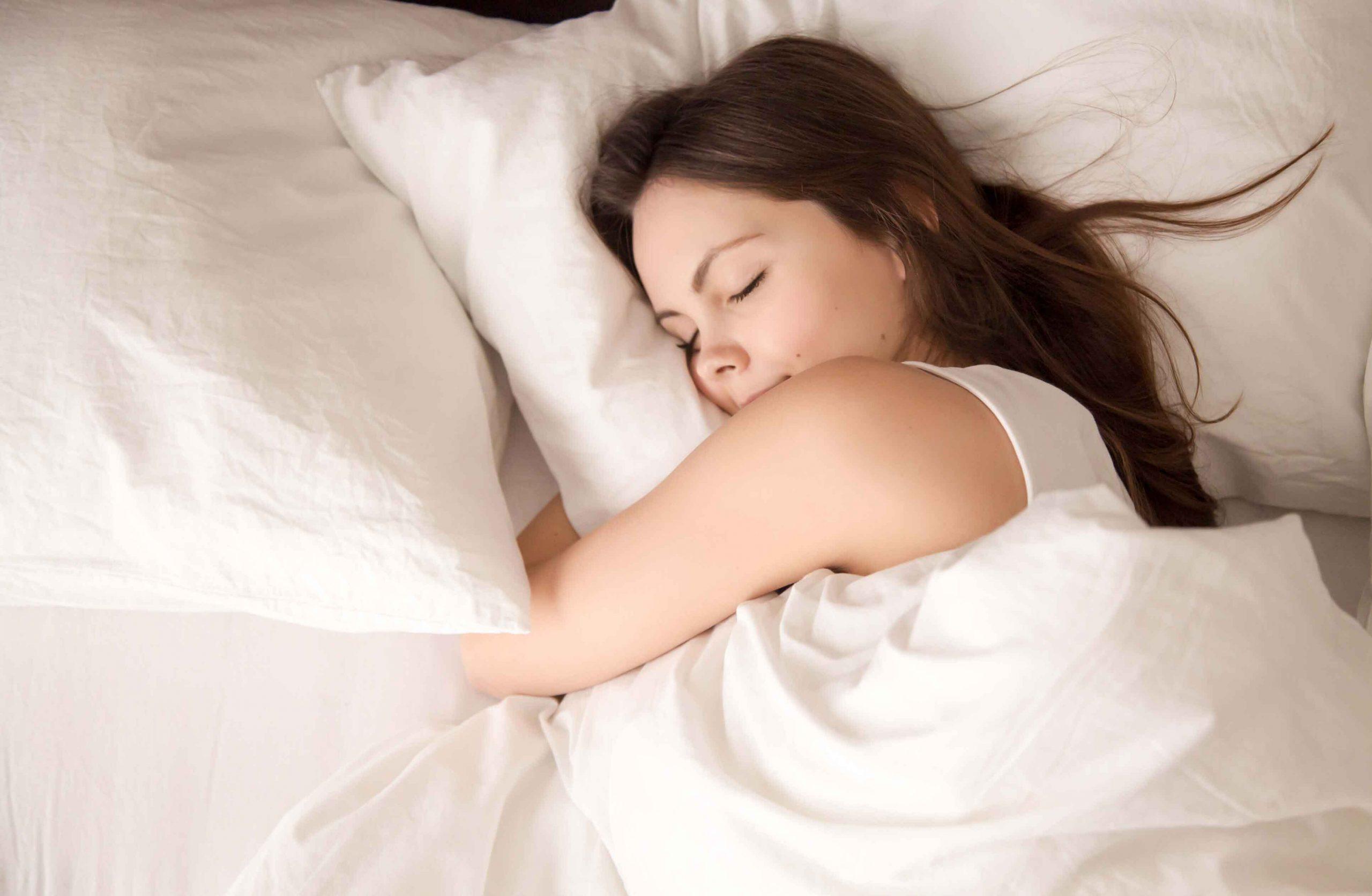 Curiosidades-sobre-el-sueno-y-los-suenos-dormir-mujer